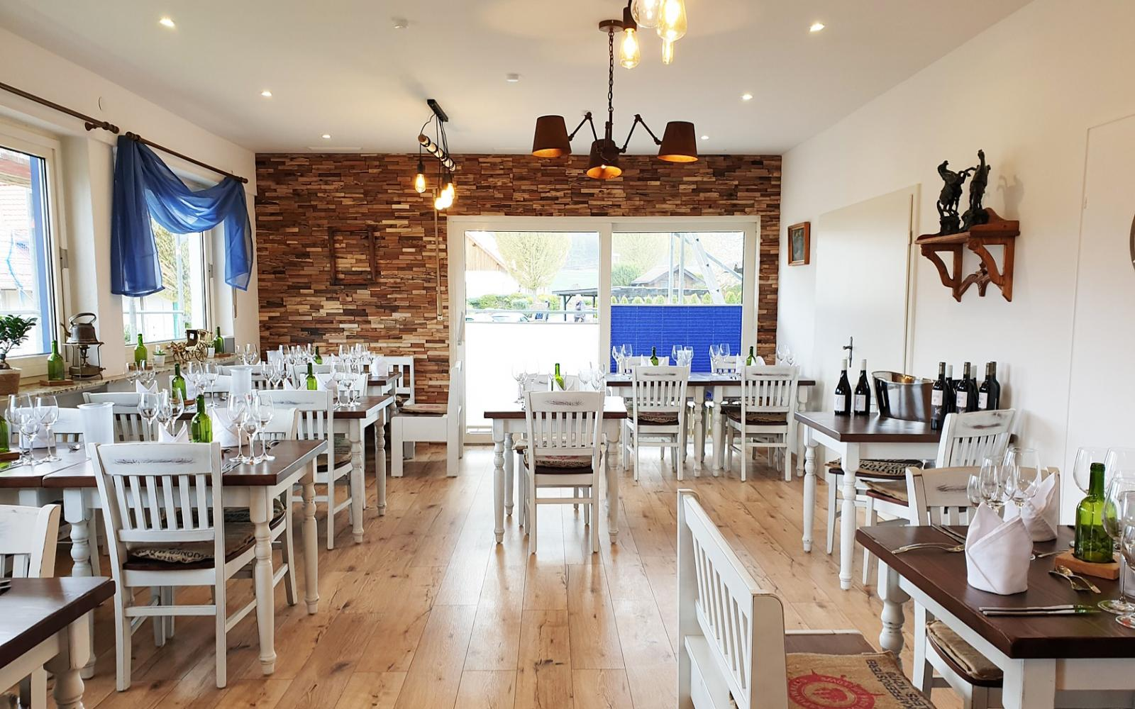 restauranttische-vintage-look-franca-pfa-restaurantstuehle-ben-vLunKTHhcFUp1y