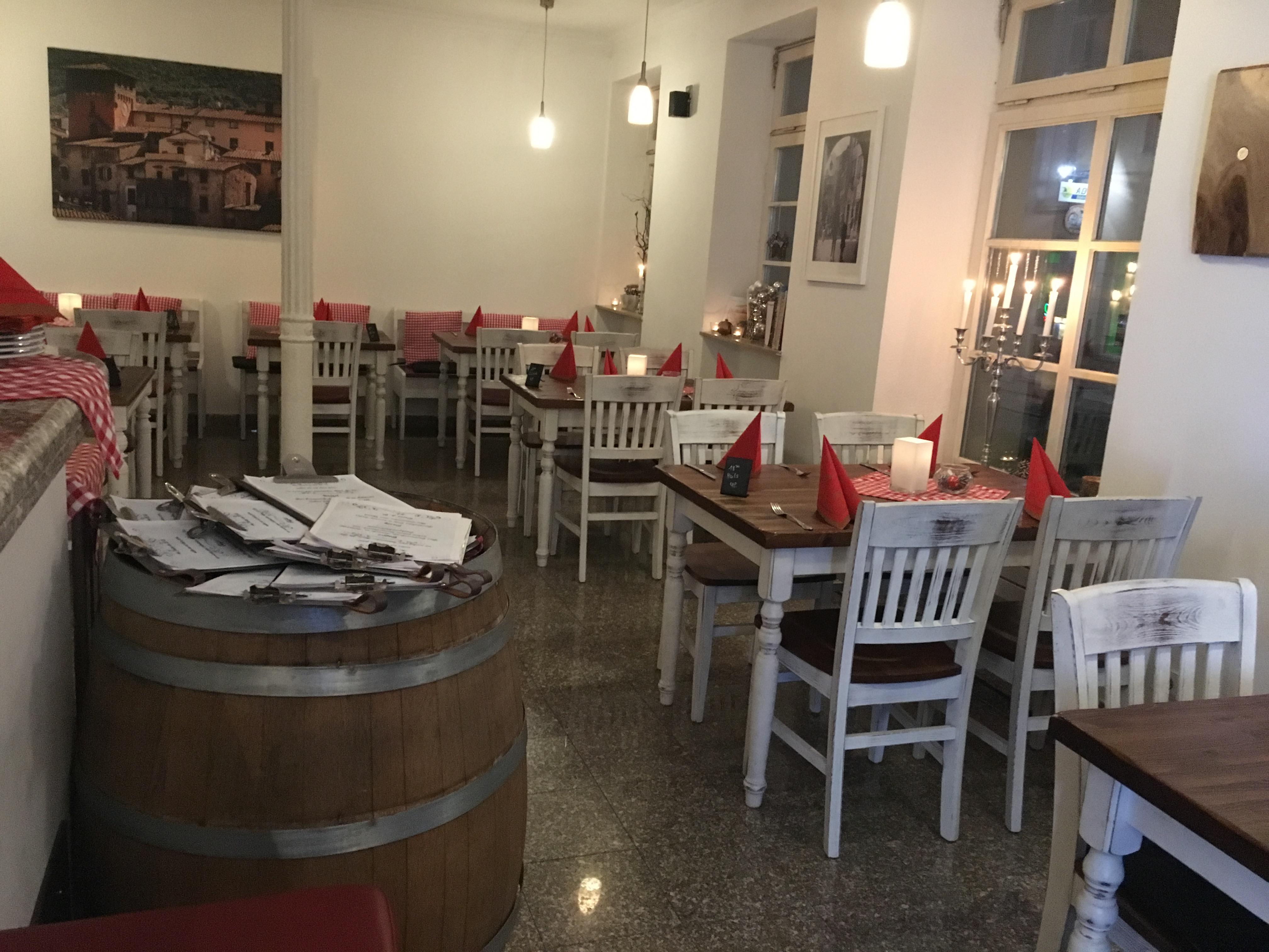restaurantstuehle-im-vintage-look-ben-v-und-restaurant-tische-franca-pfa