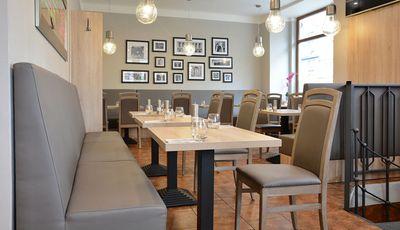 Moebel-Gastronomie-Tische-und-Stuehle